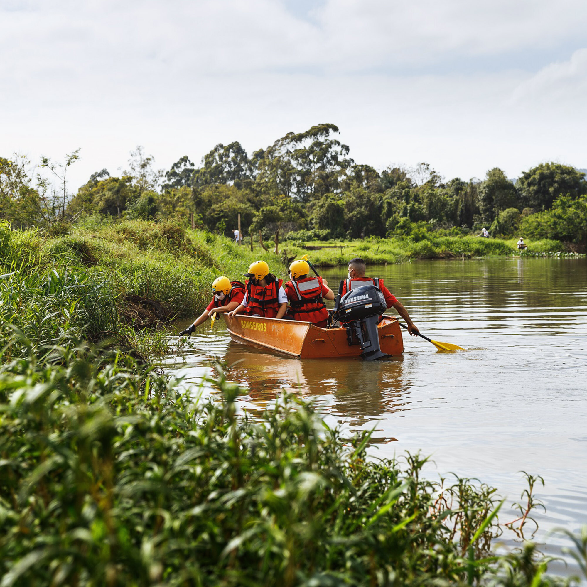 Liga do Bem Embraed promove mutirão de limpeza do Rio Camboriú e retira mais de 40 sacos de lixo